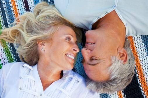 Oudere man en vrouw die gelukkig zijn